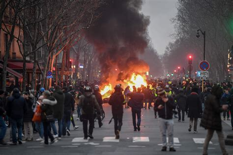 Paris erupts in violence yet again as more yellow vest